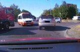 Aculiecinieka video: Pasažieru minibuss izraisa bīstamu situāciju Rīgā