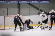 Spraigā hokeja mačā Saeimas komanda piekāpjas likumsargiem