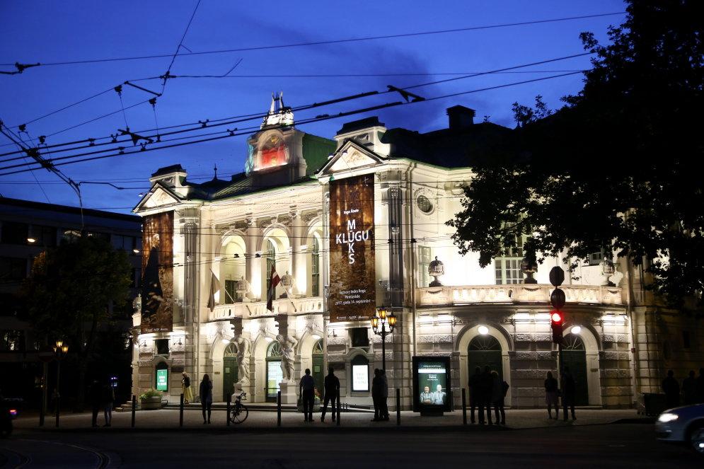 В Риге на час включили новое освещение фасада Латвийского национального театра