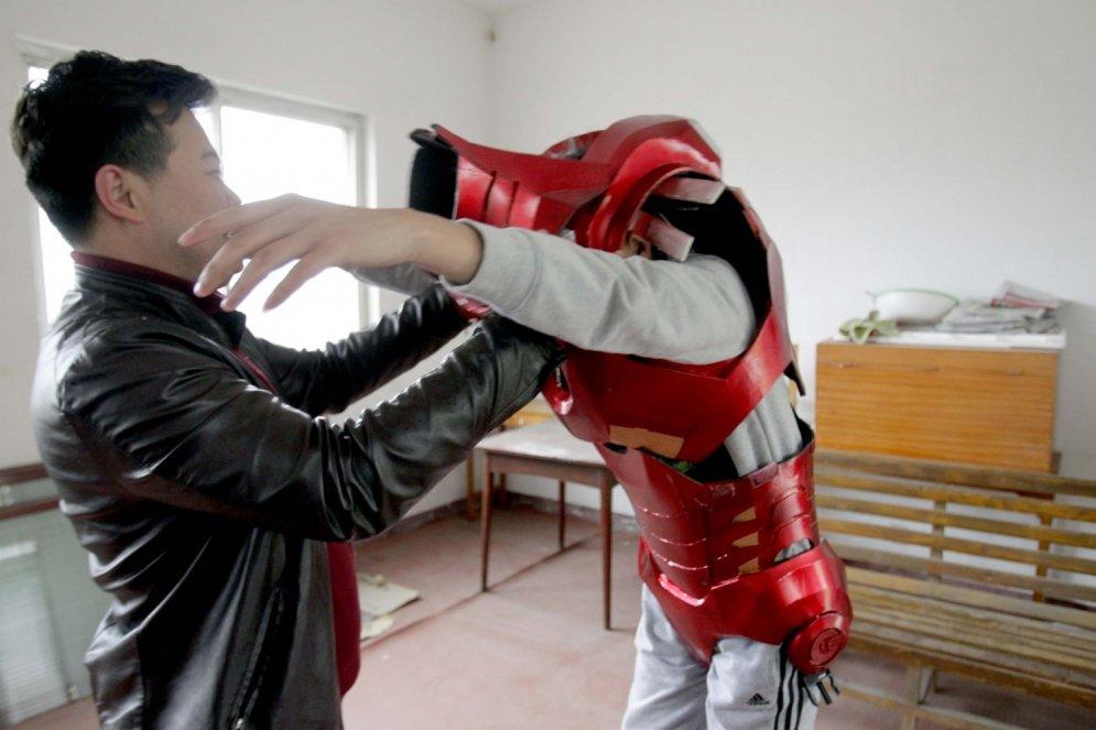 Ķīnietis mājas apstākļos sev izgatavojis Dzelzs vīra bruņas