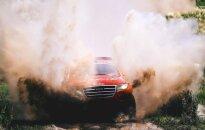 Dakaras rallija pirmā posma uzvarētājs gandrīz izvārās savā mašīnā
