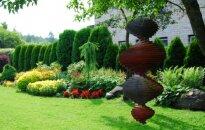 Ciemos: maigais un robustais vienuviet Kiršteinu ģimenes dārzā Tūjā