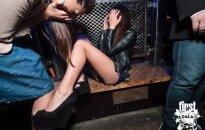 Foto: Kā meitenes Rīgas klubiņos maigojas un zibina labumus