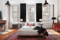Industriāla stila dzīvoklis ar ķieģeļu sienām, parketu un lielajiem logiem ar skatu uz Ņujorkas ielām