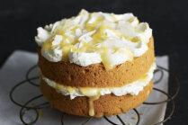Biskvīta torte ar grieķu jogurta un citronu krēmu