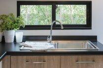 Izlietne virtuvē: dizaineres ieteikumi drosmīgai izvēlei