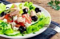 Lapu salāti ar tunci, rīsiem un fetas sieru