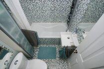 Kā veiksmīgi izmantot katru centimetru šaurā un mazā vannasistabā