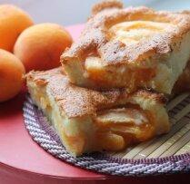 Biskvīta kūka ar aprikozēm