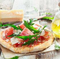 Gardās mini picas ar diviem sieriem, šķiņķi un vistas fileju