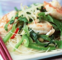 Karstie salāti ar garnelēm un rīsu nūdelēm