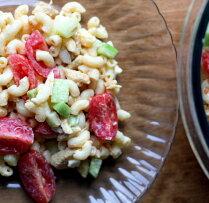 Makaroni ar vistu, tomātiem un gurķiem