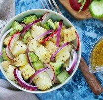 Kartupeļu, redīsu un gurķu salāti ar sinepju mērci
