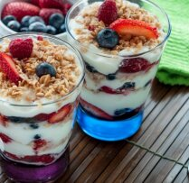Granola ar jogurtu un ogām