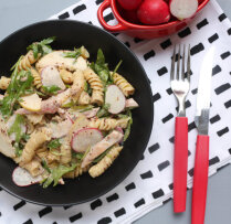 Makaronu salāti ar žāvētu vistu