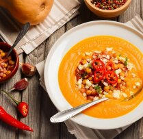 Овощной суп-пюре с турецким горохом, беконом и сыром фета