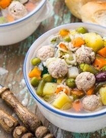 Frikadeļu - dārzeņu zupa ar pupiņām