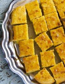 Ātrā kefīra-mannas kūka ar aprikožu džemu