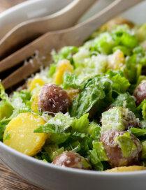 Cēzara salāti ar jaunajiem kartupeļiem