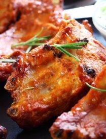 Glazētas ribiņas ar medu un garšaugiem
