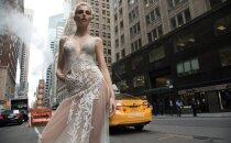Foto: Karlīna Caune Ņujorkas ielās izrāda jutekliskas līgavas kleitas