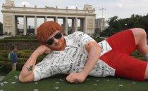 Ļaudis Maskavā pārsteidz guļoša Eda Šīrana statuja Gorkija parkā