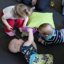 Foto: Mazuļi un viņu mammas Vecāku skolas lekcijā iepazīst rotaļlietu valstību