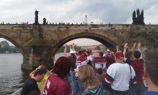 Video: Latvijas hokeja fani Prāgā līksmo arī uz kuģīša