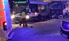 Ugunsdzēsēju transporta un autobusa sadursmē Juglā cietuši četri cilvēki