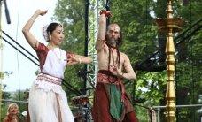 Foto: Botāniskajā dārzā svin starptautisko jogas dienu