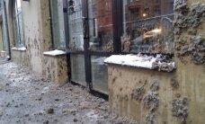 Video: 'Rīgas satiksmes' autobuss rada sniega šļuras šalti