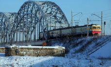 Sniega dēļ kavējas vilcieni Ogres virzienā; īpaši apgrūtināta satiksme Liepājā