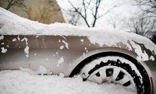 Talsu novadā auto ietriecas sniegā iestigušā spēkratā