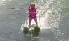 Sešus mēnešus veca meitenīte labo pasaules rekordu ūdensslēpošanā