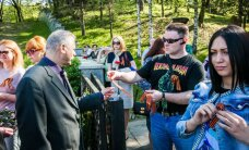 Oranži melnās lentītes un 'pieklājīgie ļaudis': kā 9. maiju svinēja Viļņā