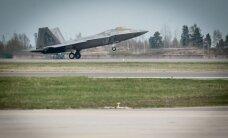 Foto: Lietuvā ieradušies radariem neredzamie F-22 iznīcinātāji
