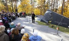 Foto: Pulcējoties radiniekiem un talanta cienītājiem, atklāta Ojāra Vācieša piemiņas vieta