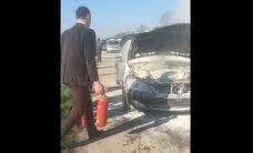 Video: Jelgavas šosejas malā sadeg 'Mercedes-Benz'