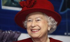 Karaliene Elizabete II apciemojusi jauno princesi Šarloti