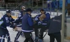 Video: 'Slovan' hokejists Naģs nejauši ar slidu pārgriež rīkli pretiniekam
