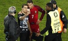 ВИДЕО: Роналду заступился за болельщика, который сделал с ним селфи и расцеловал