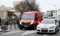 Ar 'Daesh' vārdu uz lūpām un škērēm rokās vīrietis uzbrūk skolotājam Parīzē