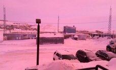 Kanādiešus pārsteidz ziemeļu galvaspilsētas iekrāsošanās rozā krāsā