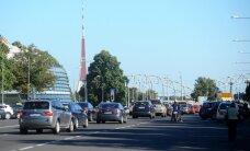 Raidījums: asi kritizētais dienesta auto nodoklis budžetu pilda ar uzviju