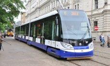 Agresīvs pasažieris tramvajā ar metāla ķēdi uzbrūk jaunietim; policija un vadītājs nereaģē