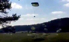 Video: Neveiksmīgās ASV armijas mācībās no debesīm krīt 'Humvee'