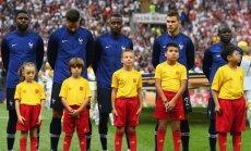 Foto: Latviešu puika Lužņiku stadionā ieved nākamo Pasaules kausa ieguvēju Matuidi