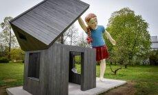 Foto: LU Botāniskajā dārzā atklāj Aigara Bikšes 'Meiteni ar kurpi'