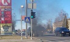 Foto: Rēzeknē pie degvielas uzpildes stacijas aizdegas 'Gaz 53'