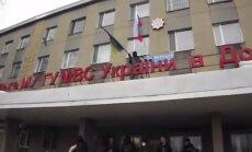 Video: Horļivkas milicijas priekšnieks nogrūž no jumta Ukrainas karogu noņēmušu separātistu